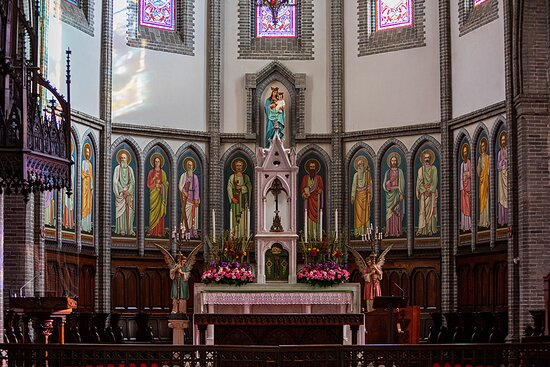 대성전 앞쪽 석조 및 목조 제대를 둘러싸고 있는 14사도화 (예수님의 12제자와 사도 바오로, 동행자 바르나바) 그리고 성모자상이 화려하다