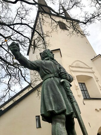 Freedom fighter Engelbrekt outside the Holy Trinity church