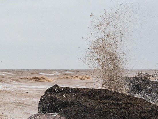 Genichesk, אוקראינה: Штормовое Азовское море. 