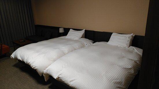 広いベッド二つです。