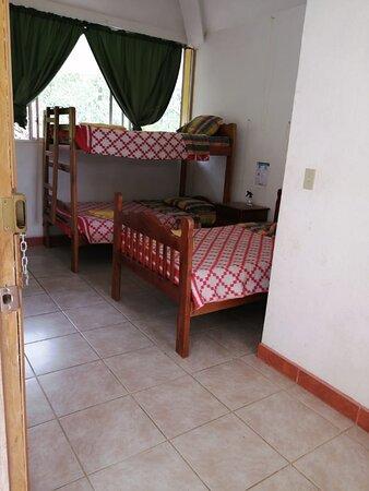 Habitación Triple con baño privado, agua caliente, armarios.
