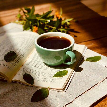 Escolha um lugar acolhedor para ter um momento de leitura e apreciar seu café! ☕️ 📖   Estamos aqui para te receber da melhor forma!