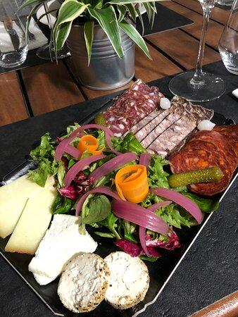 Planche à partager, Mix de Fromages Artisanaux et Charcuterie de Taureau de Camargue, Pickles de légumes.
