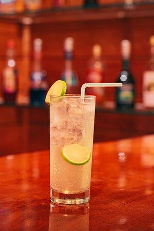 Delicioso trago preparado en nuestro bar, que está ubicado al lado de la piscina