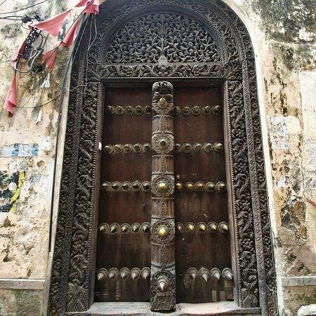 О чём расскажут  двери в Стоун Тауне?