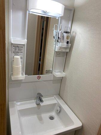 ドミトリー専用洗面台 鍵がつけられるので着替えなどにもご利用いただけます