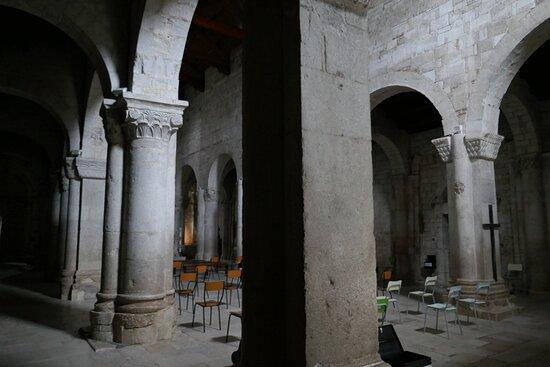 L'interno della chiesa romanica