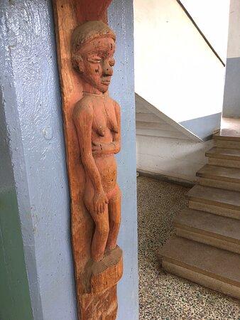 Statues dans le hall d'entrée du musée