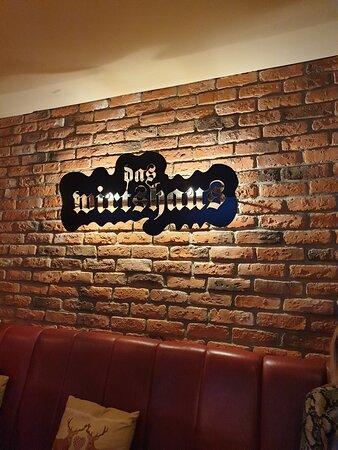 logo sulla parete a mattoni antichi (o finti antichi ...)