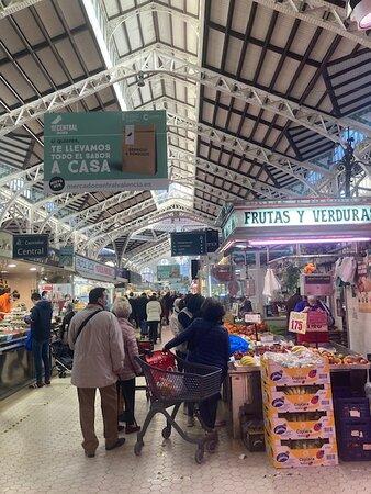 中央市場に入ると果物屋・野菜店など多くの店舗があります。