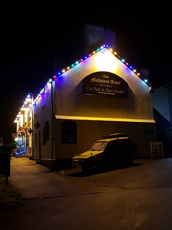 Woodbury, UK: The Maltsters Arms at night