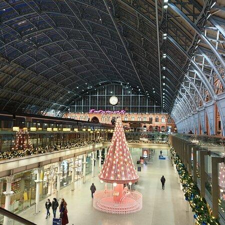 לונדון, UK: Photos taken at various points between St Pancras and Covent Garden during December 2020