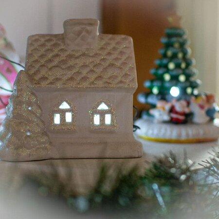До Нового года чуть больше двух недель, праздничная суета потихоньку врывается в наши будни, пора создавать новогоднее настроение❗️ Мы уже украсили зал к предстоящим  праздникам💫 нарядили ёлку🎄 зажгли рождественские гирлянды🎄✨ Самое время встретиться с друзьями, подвести итоги уходящего года и обсудить новые намеченные цели за ужином с видом на море 🌊   А если у вас ещё нет ощущения праздника👈🏻 То кафе у моря «Дача» то что Вам нужно❗️ Мы зарядим Вас новогодней атмосферой на все предстоящие