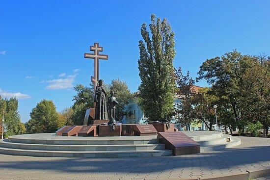 Памятник на площади