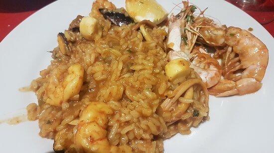 Paella mixta: arroz con mariscos y pollo (para dos)