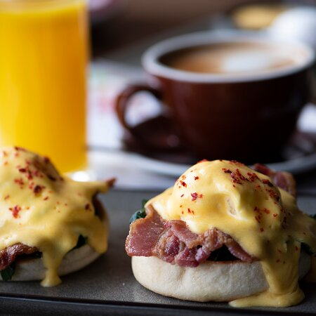 BENEDICT 2 poached eggs and ham, topped with hollandaise