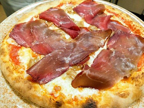 Pizza Valtellinese: Pomodoro, Mozzarella, Funghi Porcini, Bresaola