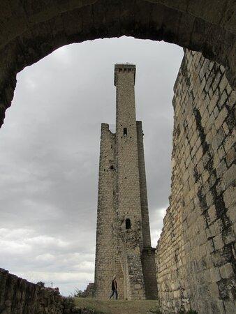 Castelnau-de-Levis, França: tour nord et tourelle de guet depuis le châtelet d'entrée