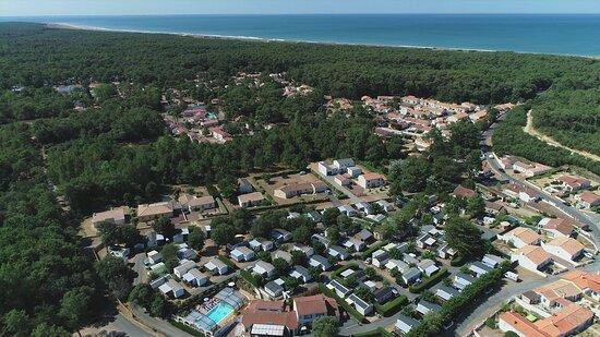 Camping situé à 800m de la magnifique plage des Conches qui s'étire sur 8kms.Accès à pieds, vélo et voiture.