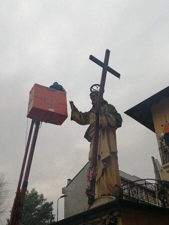 Operazione di Restauro sulla mano del Cristo Redentore di Via San Dionigi