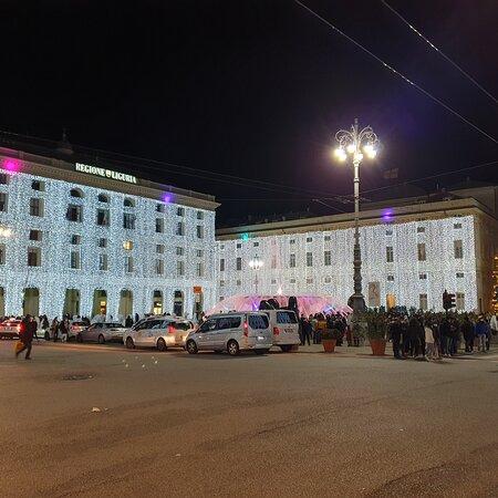 Genoa, Ý: La bellissima p.zza De Ferrari illuminata a festa. Buon Natale