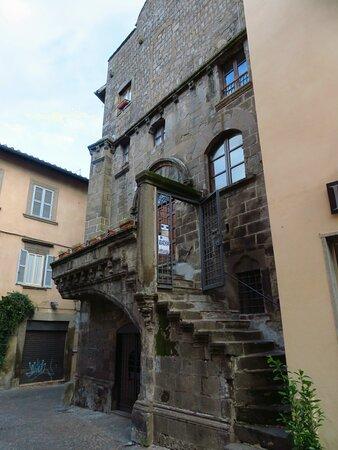 Casa Poscia: la scalinata che porta all'entrata del primo piano.