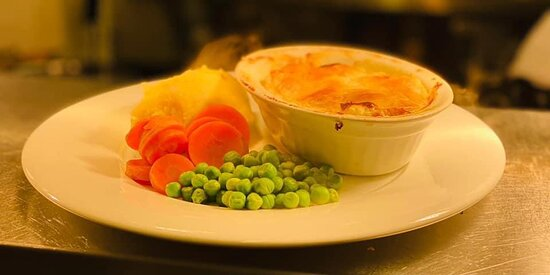 Home made chicken, ham and leek pie served with mash or chips and veg 🍴