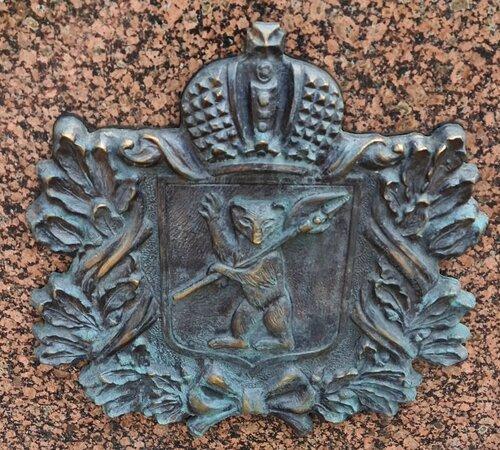 Бронзовый барельеф с изображением герба Ярославля