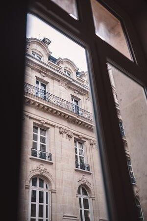 Situé à quelques pas des Champs Élysées et de l'Arc de Triomphe. Vivez Paris au gré de vos envies !