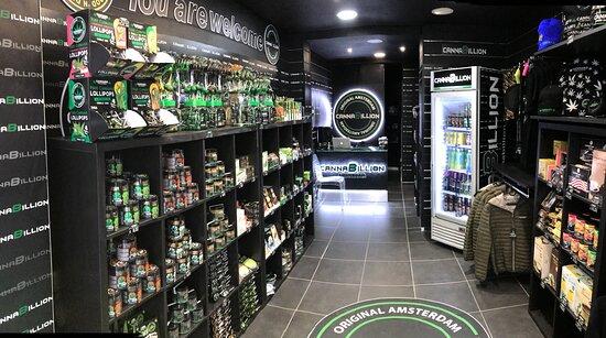 París, Francia: Boutique de souvenirs , produits bio, à base de cbd. Sucette, cookies, café, thé, chocolat, cosmétiques, huile, miel,