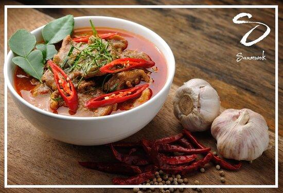 Tous les jeudis, Saamwok vous propose: Le poulet (CH) au curry rouge 'Panang' accompagné d'une portion de riz.