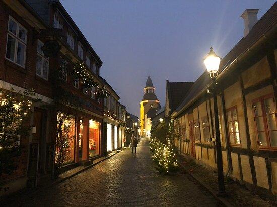 Faaborg-MidtFunen Municipality, Danmark: Det hyggelige stræde Bøjestræde i den gamle købstad Faaborg på Sydfyn. Klædt på til julen 2020 - med byens vartegn, Klokketårnet, i baggrunden.