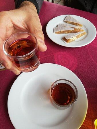 Una, Španielsko: El alajú (un postre de almendras típico en Cuenca) y los chupitos de resolí (licor conquense, también), cortesía de la casa.