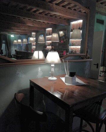 Ravenna, Italy: Uno dei tavoli per l'aperitivo, arredamenti eleganti e atmosfera rilassante!