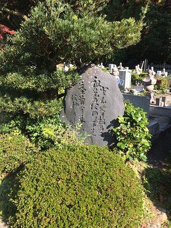 墓所の手前にありました。(遠くに広大な墓所が見えます)