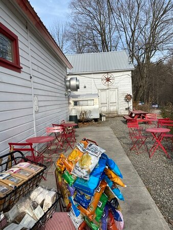 Palenville, NY: Lots of snacks and trinkets you can look at while waiting for your food! There is outside seating only, no browsing inside the store, and you must wear a mask to be served! :)