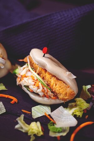 Bao bun γαρίδες πανέ Ψωμάκια ατμού με γαρίδα πανέ, spicy mayo sauce αγγουράκι και φρέσκο κρεμμύδι.