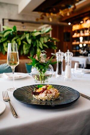 Большой выбор салатов и закусок с гармоничным винным сопровождением.