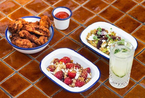 Les petites assiettes du Perchoir Porte de Versailles avec une sélection de cocktails réalisée par nos Hommes de Bar. Crédit photo : Studio Cuicui