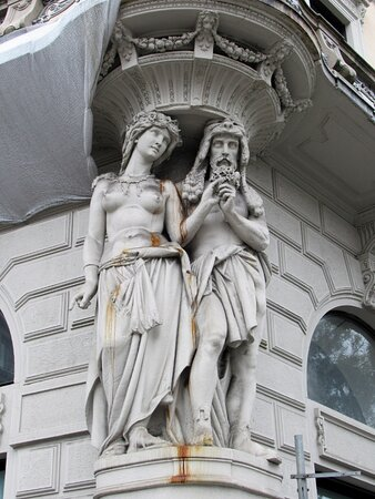 Le sculture agli angoli