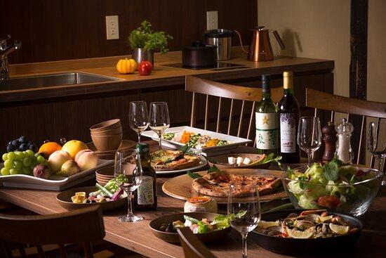 キッチンで料理したり地元グルメを買い込んで、自由でプライベートな食事を楽しめるのも町家ステイの魅力