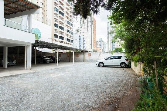 Estacionamento semi coberto por um custo adicional