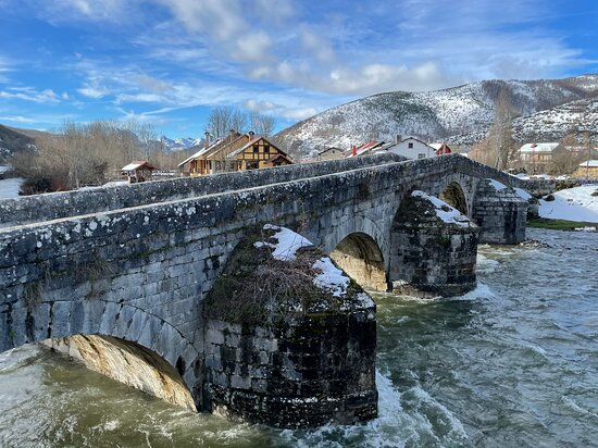 Boca de Huergano, Španielsko: Puente en el mismo pueblo de Boca de Huertano donde está situado el hotel.