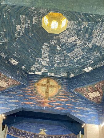 The low dome has the Evangelists on the triangular pendentives. The side walls in between these show four Christian symbols: Cross, Star, Burning Bush and Anchor (a symbol of Hope).