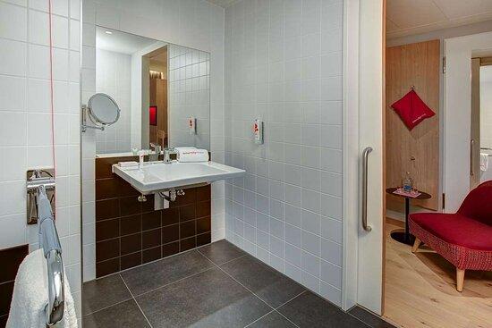 IntercityHotel Duisburg - Handicapped-accessible room, bathroom