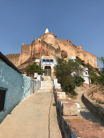 Jodhpur Blue City By Foot: Viev of the fort just before entering the Blue City.