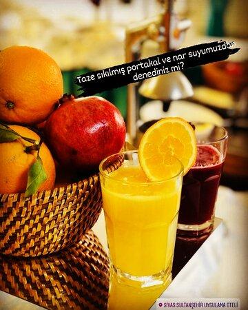 Taze sıkılmış portakal ve nar suyu.