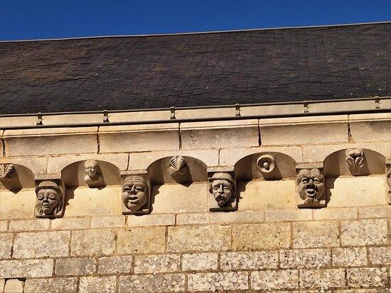 Montamisé, France : Reconstruite au 19ème siècle, l'église est agréable et quelques jolies choses sont à découvrir. Des modillons par exemple, sans doute en réemploi et la statuaire dédiée à Sainte Quitere ou Sainte Quitterie. Princesse wisigothe baptisée, du 5ème siècle, son culte et son influence sont très grande au Sud, très rare dans la région. Ouverte et accueillante, cette église est porteuse d'un millénaire d'histoire, chapiteaux, statuaire et modillons en témoignent. A visiter sans restriction.