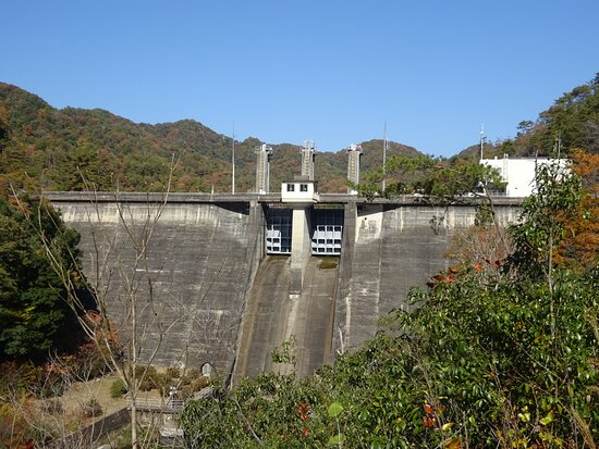大きさは堤高34.5m、堤頂長125.6mあります。中央の2門のクレストゲートが素敵です。