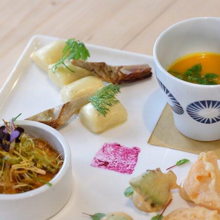 A pranzo prova il nostro Piatto Collage: un delicato equilibrio di 4 elementi che compongono il piatto, tra gusti e principi nutrivi fondamentali. Per un piatto leggero, completo e gustoso.